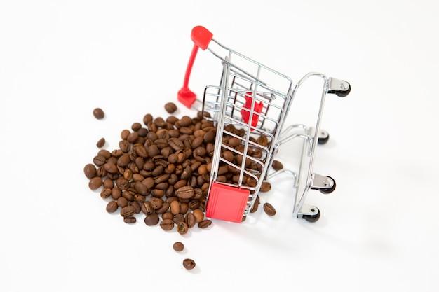 Carrello del supermercato in metallo invertito con chicchi di caffè