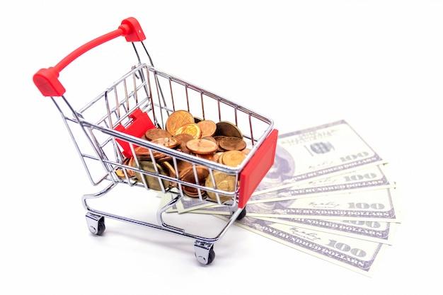 Carrello della spesa con dollari su bianco