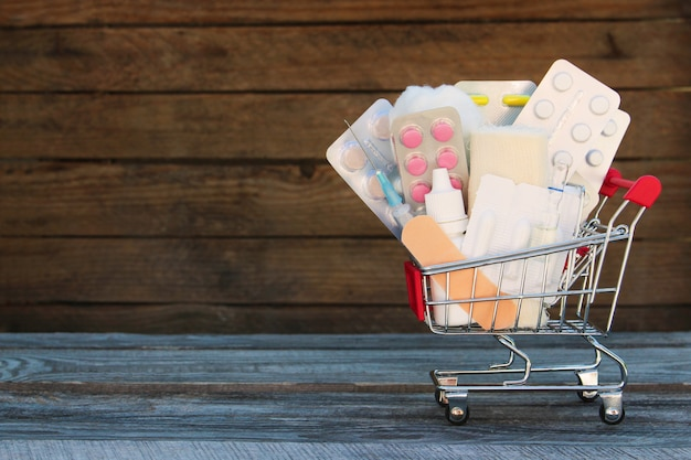 Carrello della spesa con farmaci