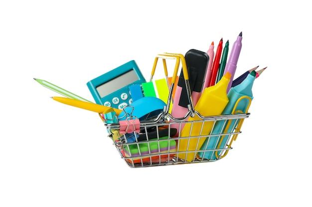 Carrello della spesa con materiale scolastico isolato