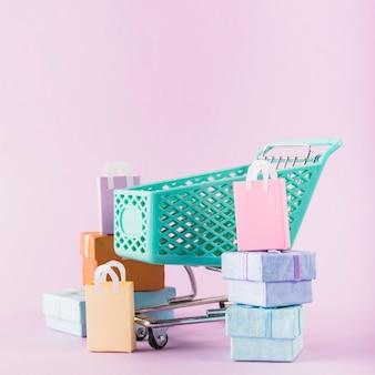 Carrello della spesa con scatole regalo