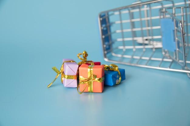 Carrello della spesa in miniatura con mini regali