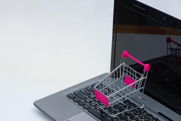 Carrello della spesa o carrello del supermercato con notebook portatile