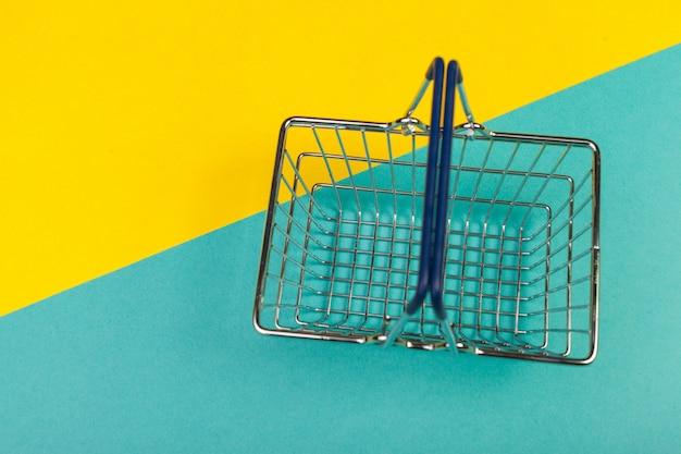 Carrello della spesa su un colorato