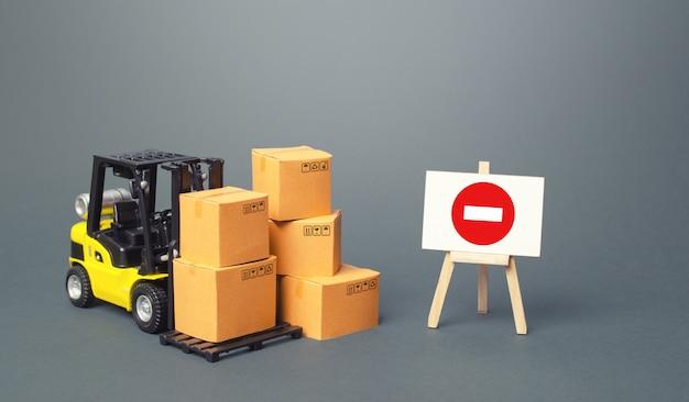 Carrello elevatore con scatole e cavalletto con segno di restrizione. restrizioni all'esportazione di merci scarse e mediche