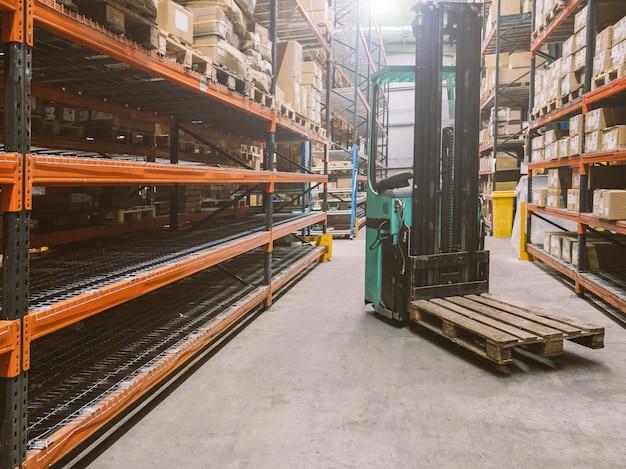 Carrello elevatore su un magazzino con scaffali vuoti