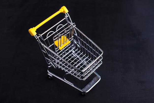 Carrello giallo, shopping online concept, vai al negozio