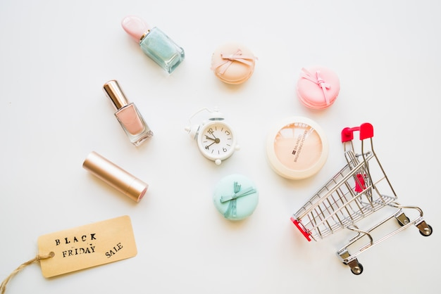 Carrello per la spesa con sonnellino, amaretti, tag di vendita e smalto per unghie