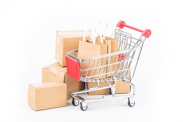 Carrello, sacchetti e scatole isolati
