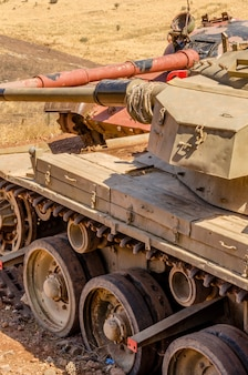Carro armato t62 siriano di fronte a un carro armato centurion israeliano sulla valle delle lacrime in israele