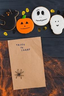 Carta artigianale vicino a pan di zenzero di halloween