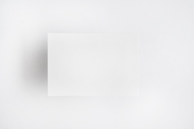 Carta bianca bianca isolata su sfondo chiaro