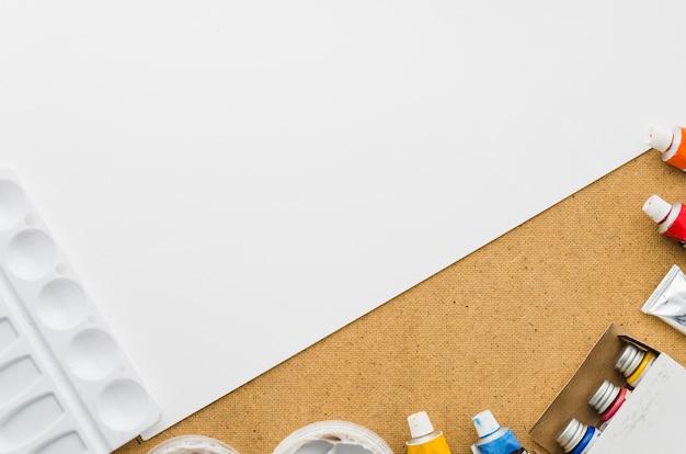 Carta bianca con bottiglie di vernice