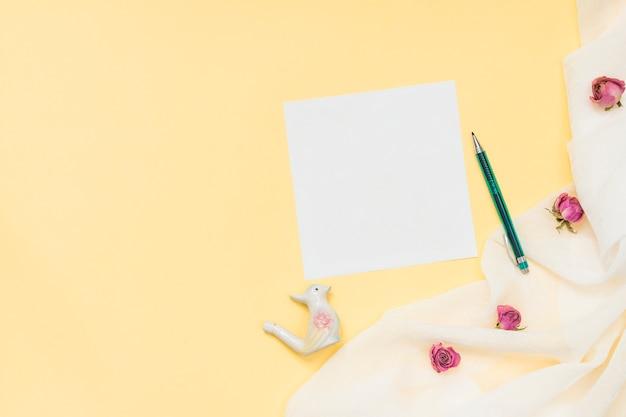 Carta bianca con piccole rose e penna