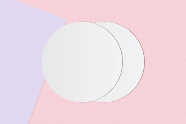 Carta bianca del cerchio e spazio per testo su sfondo di colore pastello