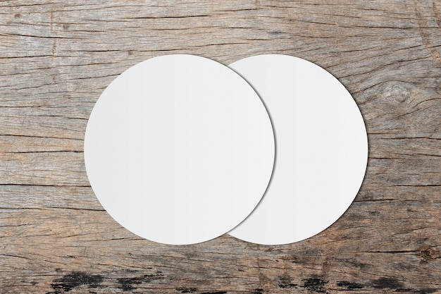 Carta bianca del cerchio e spazio per testo su vecchio fondo di legno