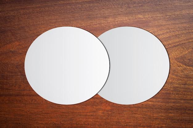 Carta bianca del cerchio su legno marrone d'annata
