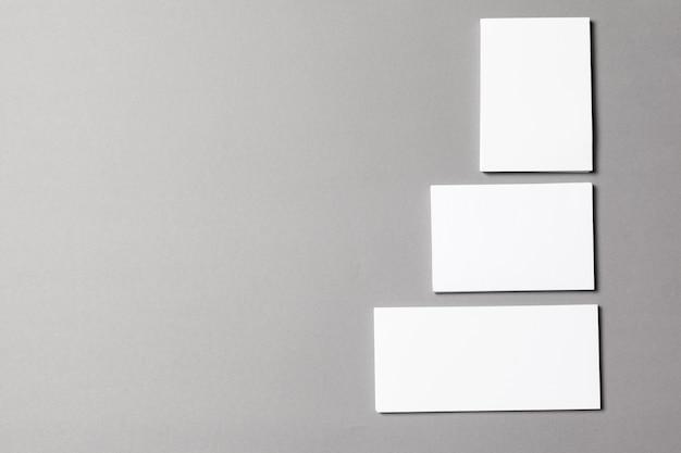 Carta bianca su grigio