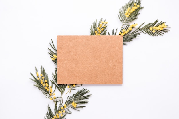 Carta bianca sui rami della pianta verde sul tavolo