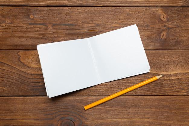 Carta bianca sulla scrivania