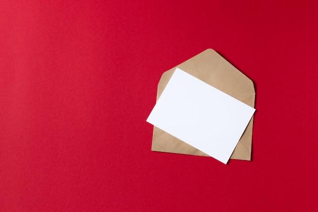 Carta bianca vuota con modello di busta di carta kraft marrone mock up