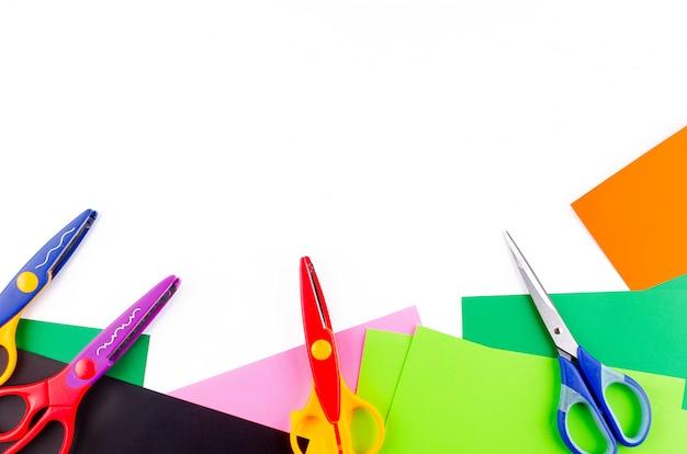 Carta colorata con le forbici per bambini su un bianco