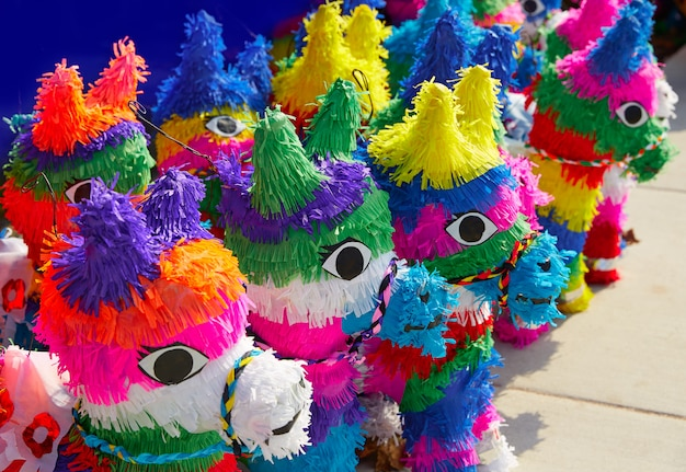 Carta colorata di tessuto messicano pinatas partito