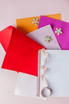 Carta colorata e vista dall'alto del nastro