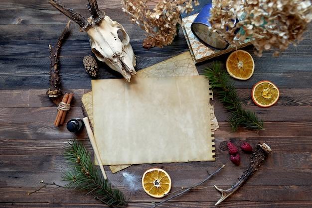 Carta d'epoca mock up su fondo di legno