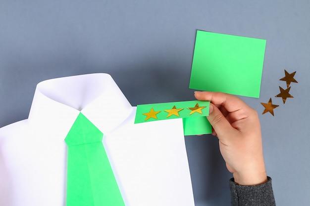 Carta da camicia bianca fai da te con cravatta verde