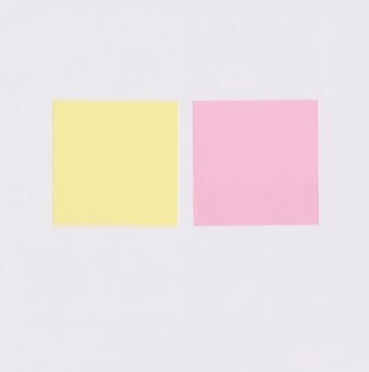 Carta da lettere quadrata colorata isolata su bianco