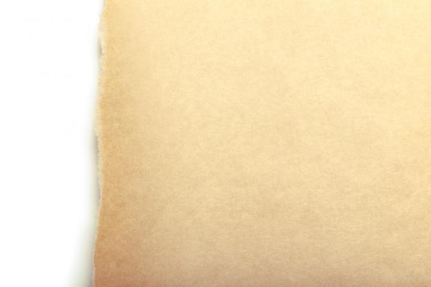Carta da pacchi marrone strappata per rivelare il pannello bianco
