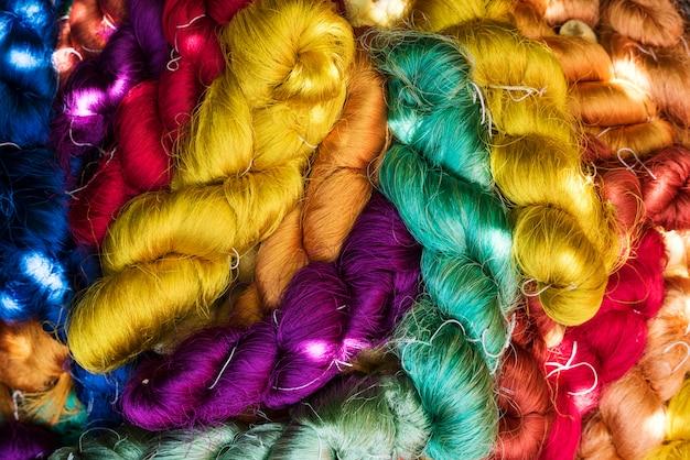 Carta da parati strutturata con fili colorati