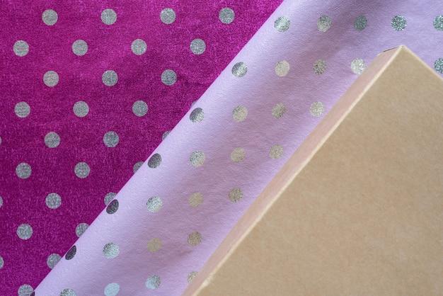 Carta da regalo a pois lucida lilla e viola, scatole. foglio per confezione regalo.