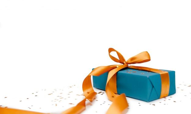 Carta da regalo turchese con nastro dorato. concetto di festa del contenitore di regalo, copyspace orizzontale superiore di vista