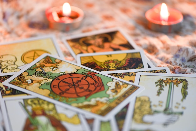 Carta dei tarocchi con lume di candela sullo sfondo di oscurità per l'astrologia occult magic illustrazione / magic spiritual horoscopes and palm reading chiromante
