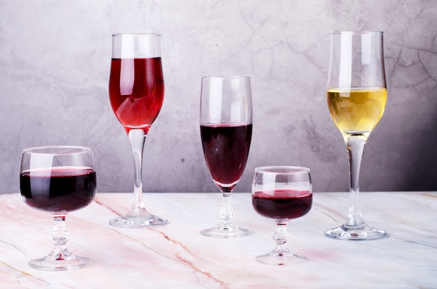 Carta dei vini calici con lamento rosso e bianco.