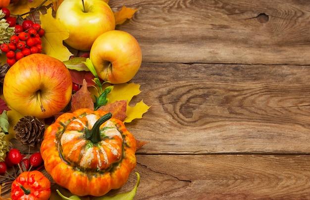 Carta del ringraziamento con foglie di autunno e zucca, copia spazio