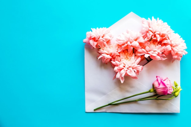 Carta di buon compleanno busta di carta artigianale aperta piena di fiori di primavera.