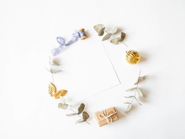 Carta di carta per cornice rotonda decorata a lettere e pastello. posa piatta per buon natale o felice anno nuovo. vista dall'alto. copia spazio