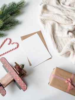 Carta di carta per lettere, buste e decorazioni natalizie. posa piatta per buon natale o felice anno nuovo. vista dall'alto. copia spazio