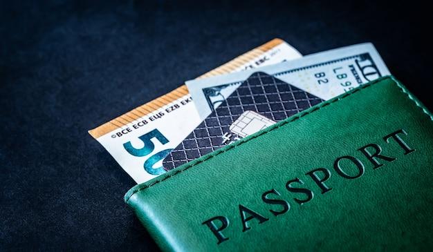 Carta di credito, banconote in euro e dollari e passaporto