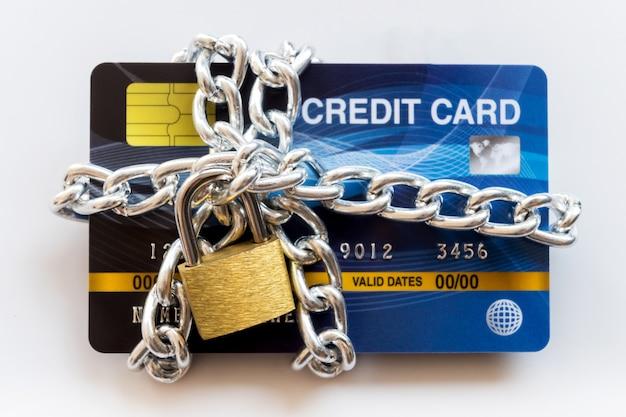 Carta di credito con catena e lucchetto, concetto di trading sicuro