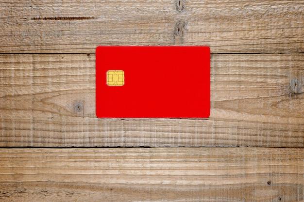 Carta di credito con chip su legno