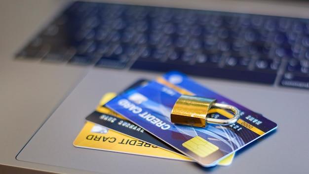 Carta di credito con lucchetto