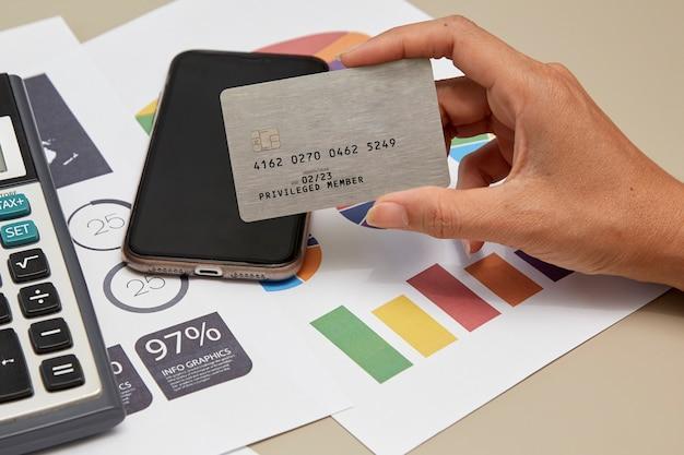 Carta di credito della holding della mano della donna