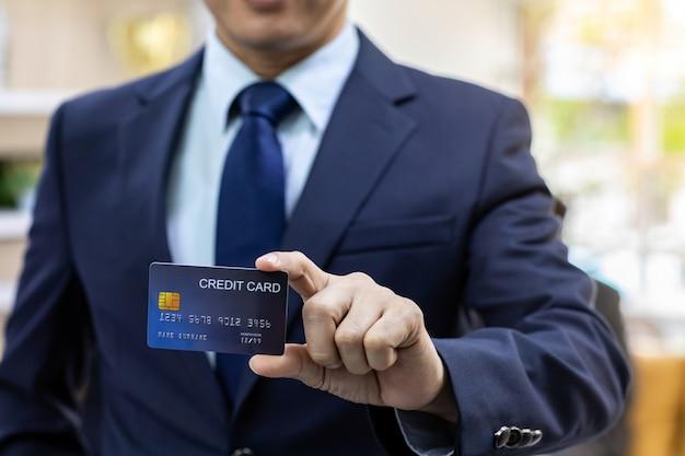 Carta di credito della stretta dell'uomo d'affari