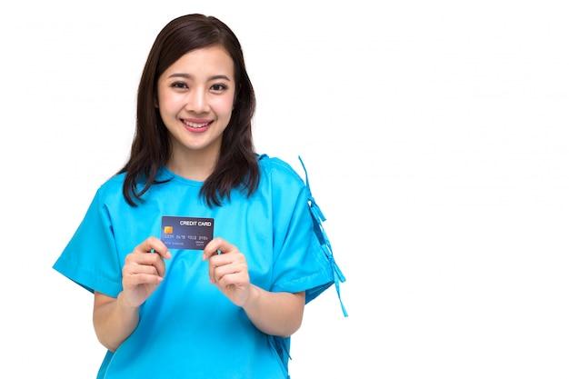 Carta di credito di mostra paziente della giovane bella donna asiatica isolata, polizza d'assicurazione dal concetto della banca
