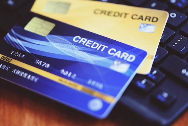 Carta di credito di pagamento online sulla tastiera. shopping online tecnologia e concetto di pagamento con carta di credito