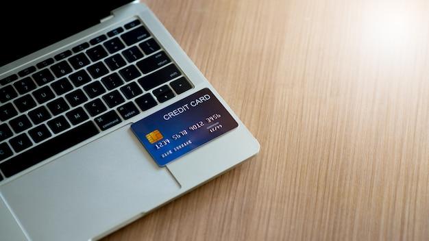 Carta di credito e laptop